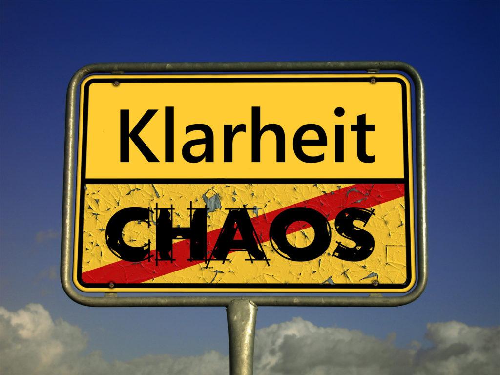Schild mit der Aufschrift Klarheit statt Chaos